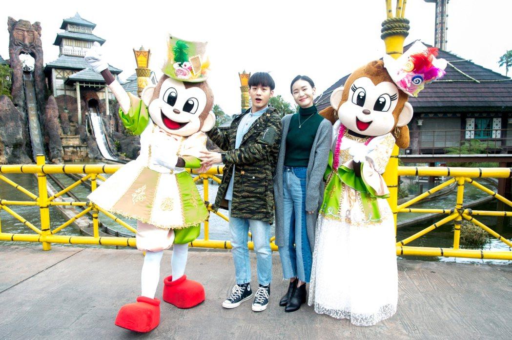 吳思賢(左)和鍾瑶到遊樂場拍戲。圖/三立提供