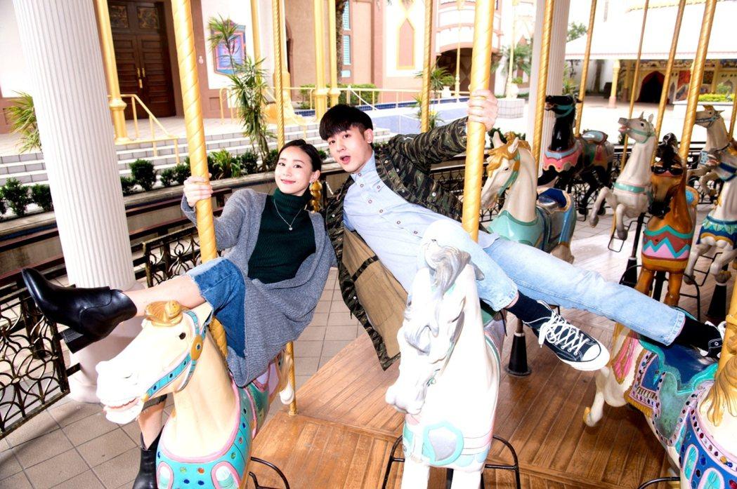 吳思賢(右)和鍾瑶到遊樂場拍戲。圖/三立提供