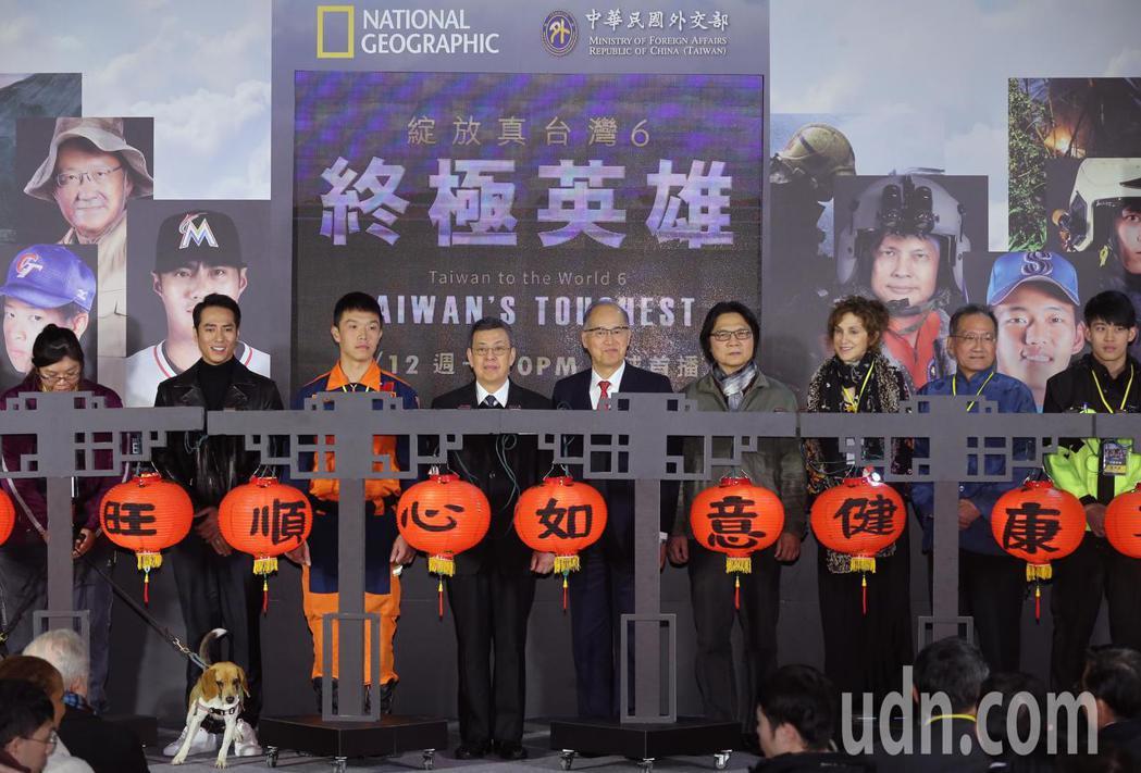 副總統陳建仁(左四)、內政部長葉俊榮(右四)及外交部長李大維(中)下午參加國家地