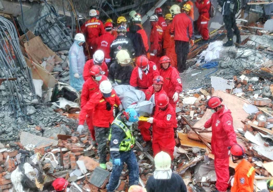 搜救人員合力抬出女性遺體。記者鄭清元/攝影