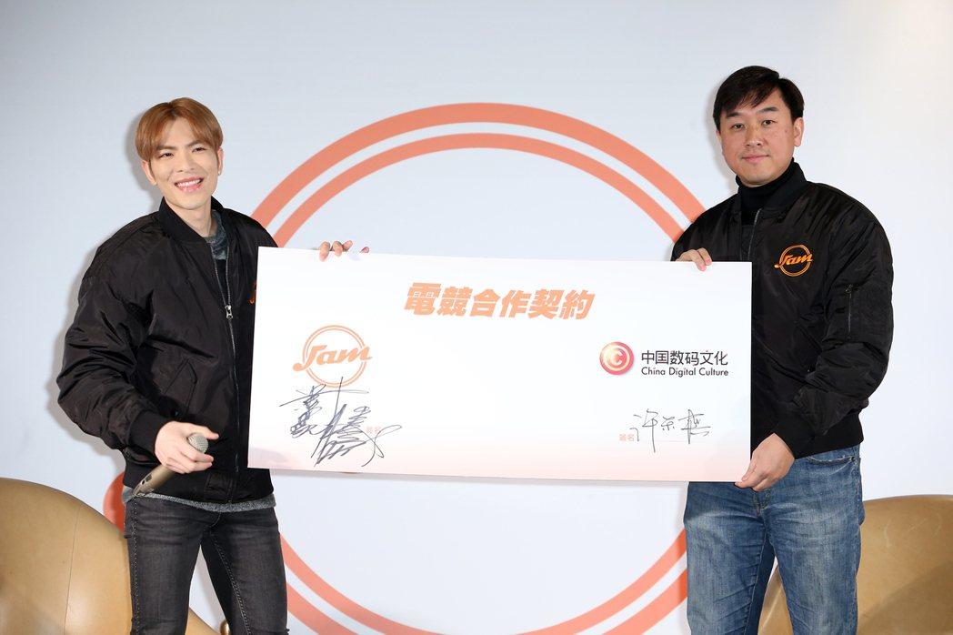 蕭敬騰(左)與中國數碼文化合作成立JAM電競俱樂部。記者陳立凱/攝影