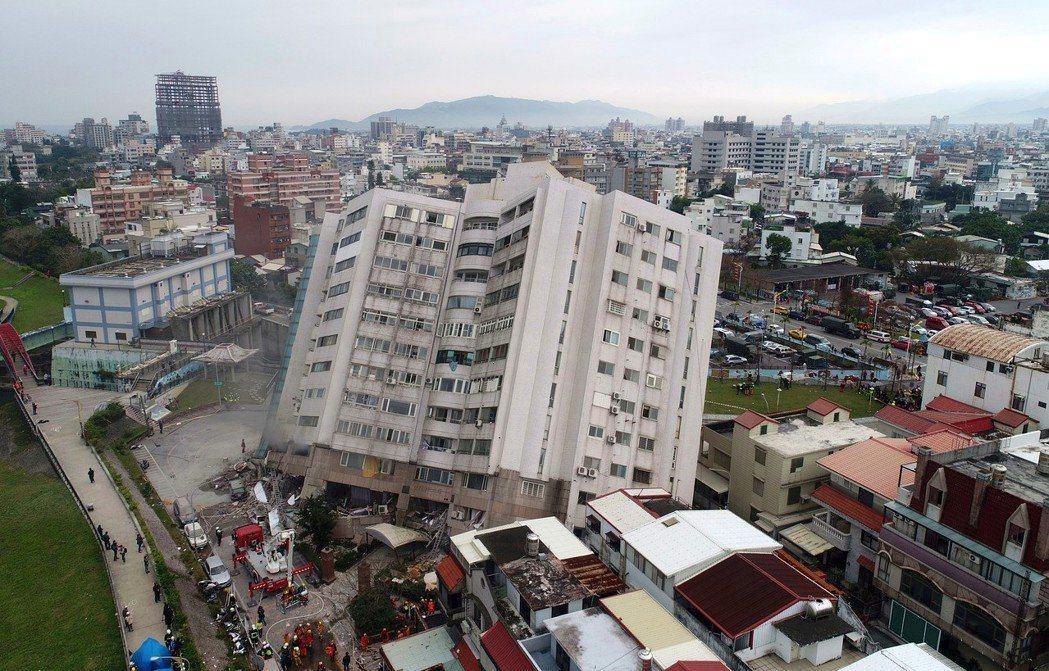 0206花蓮強震,市中心商校街2號的雲門翠堤大樓嚴重傾斜。 記者杜建重/攝影