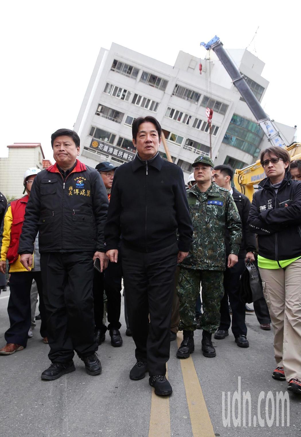花蓮強震,行政院長賴清德(左二)前往翠堤大樓勘災。記者高彬原/攝影
