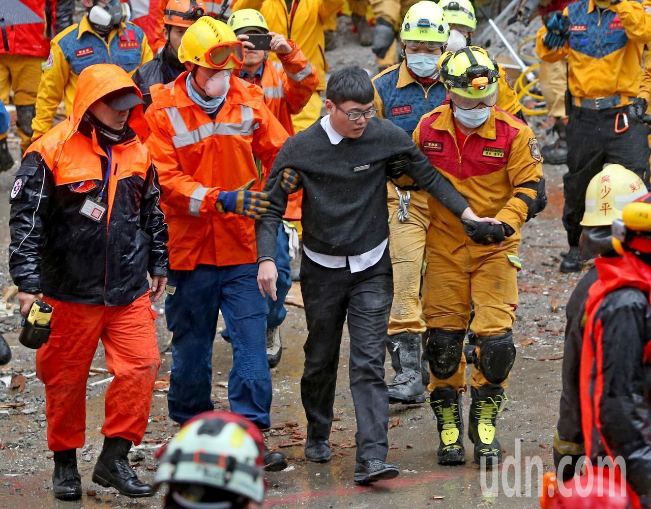 花蓮強震造成統帥飯店倒塌,昨天上午偵測到坍塌的磚瓦下有2個生命跡象,救難人員從飯...