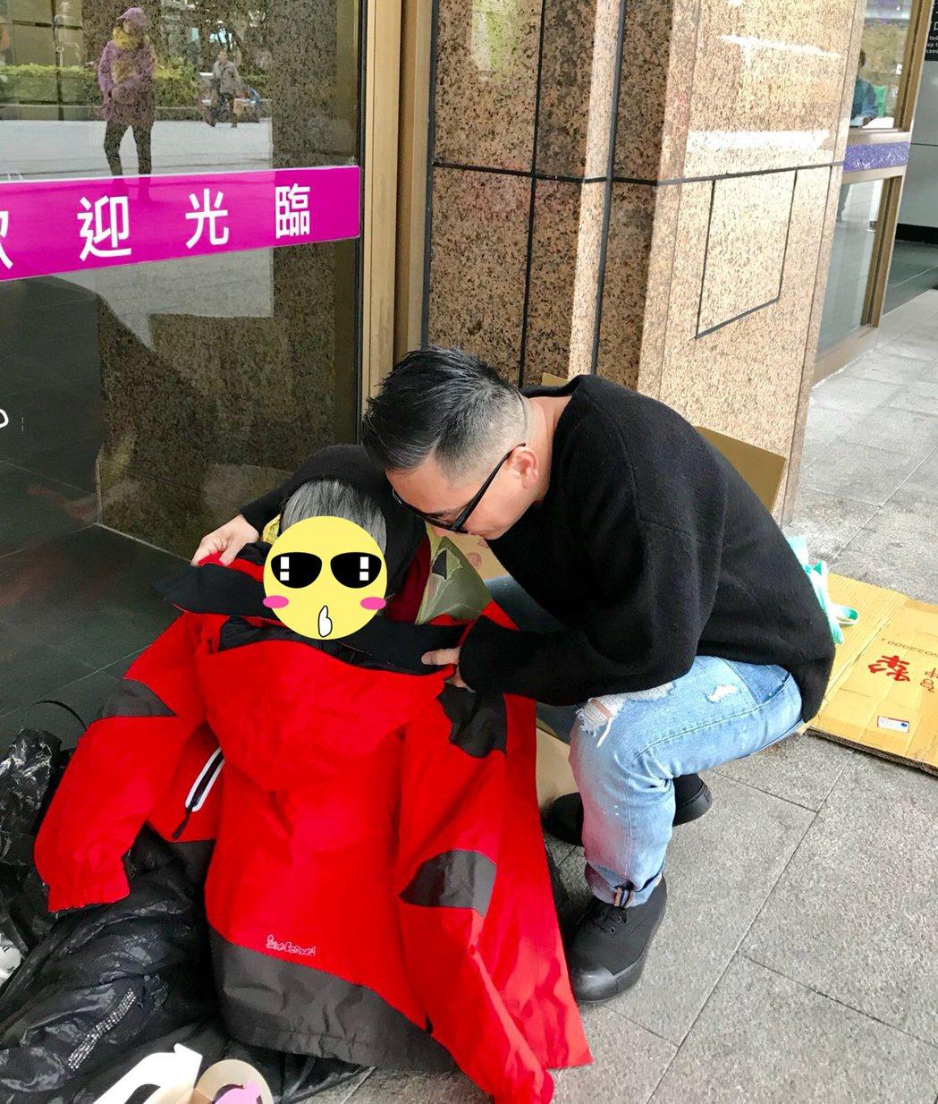 詹惟中發大衣給台北車站遊民禦寒。圖/讀者提供