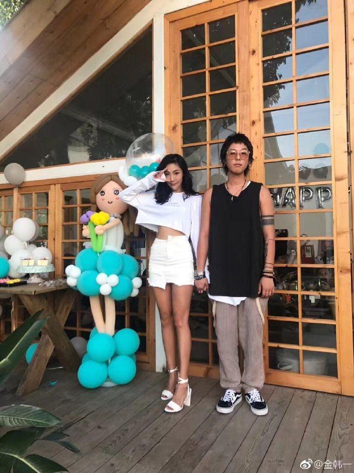 韓歌手金韓一(右)7日病逝,左為女友何佳韻。圖/摘自微博
