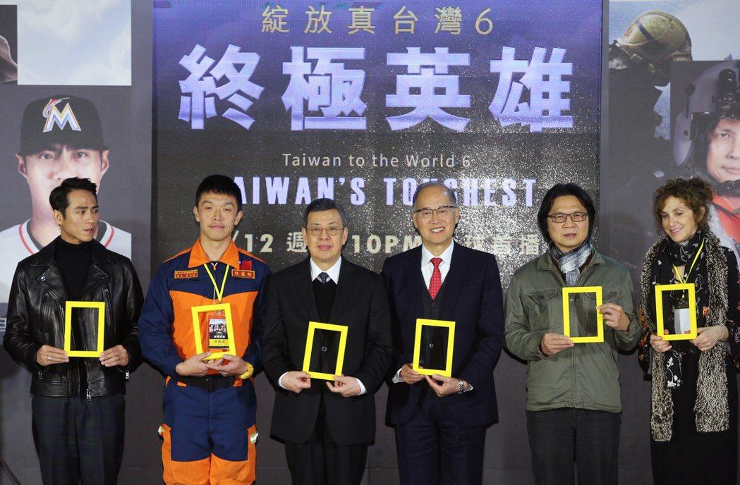 副總統陳建仁(左三)、內政部長葉俊榮(右二)及外交部長李大維(右三)、藝人莊凱勛