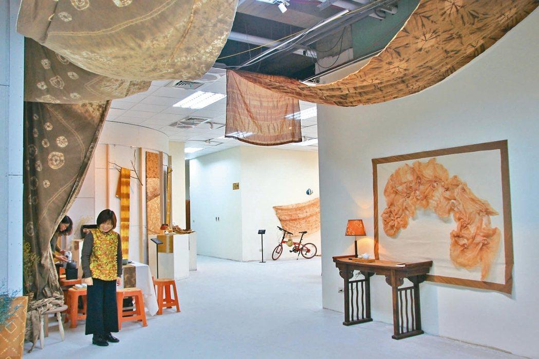 新埔旅遊服務中心由新埔柿染進駐,打造藝術殿堂。 記者郭政芬/攝影