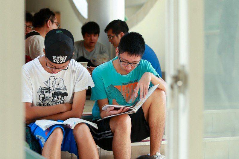 大學指考考生進場前把握時間做複習。聯合報系資料照/記者林伯東攝影