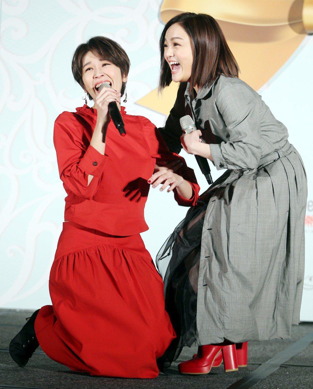 曾沛慈(左)簽約新東家,師姐徐佳瑩(右)站台祝福,兩人並上演「看到女神腿軟」戲碼...