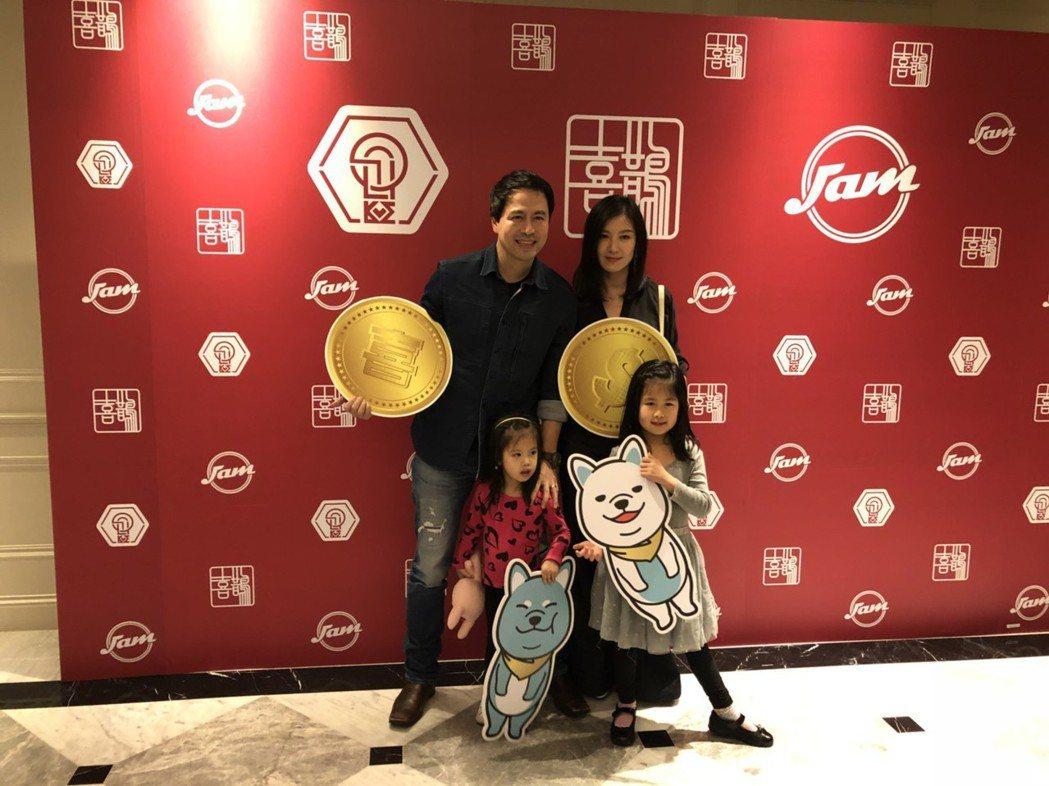 林熙蕾(右)與老公及2個女兒一起出席喜鵲尾牙。記者許晉榮/攝影