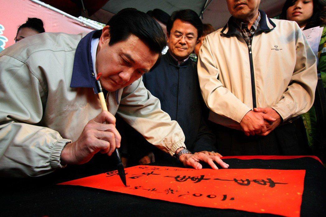 2008年,當初為國民黨總統參選人的馬英九,到台中參加「新春送瓠」活動,當場揮毫...