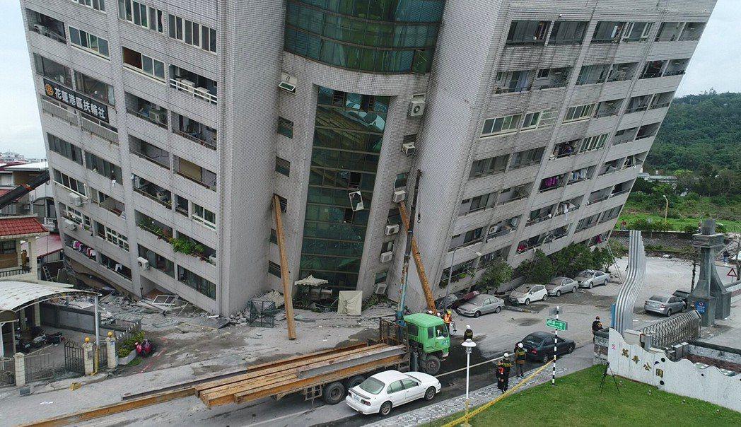 花蓮大震造成雲門翠堤大樓嚴重傾斜,3樓以下被壓碎。 記者杜建重/攝影