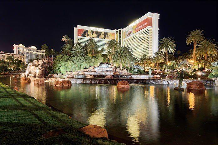 酒店大亨威恩,以大量流水造景與人工湖,在賭場林立的拉斯維加斯締造傳奇,硬是翻轉業...