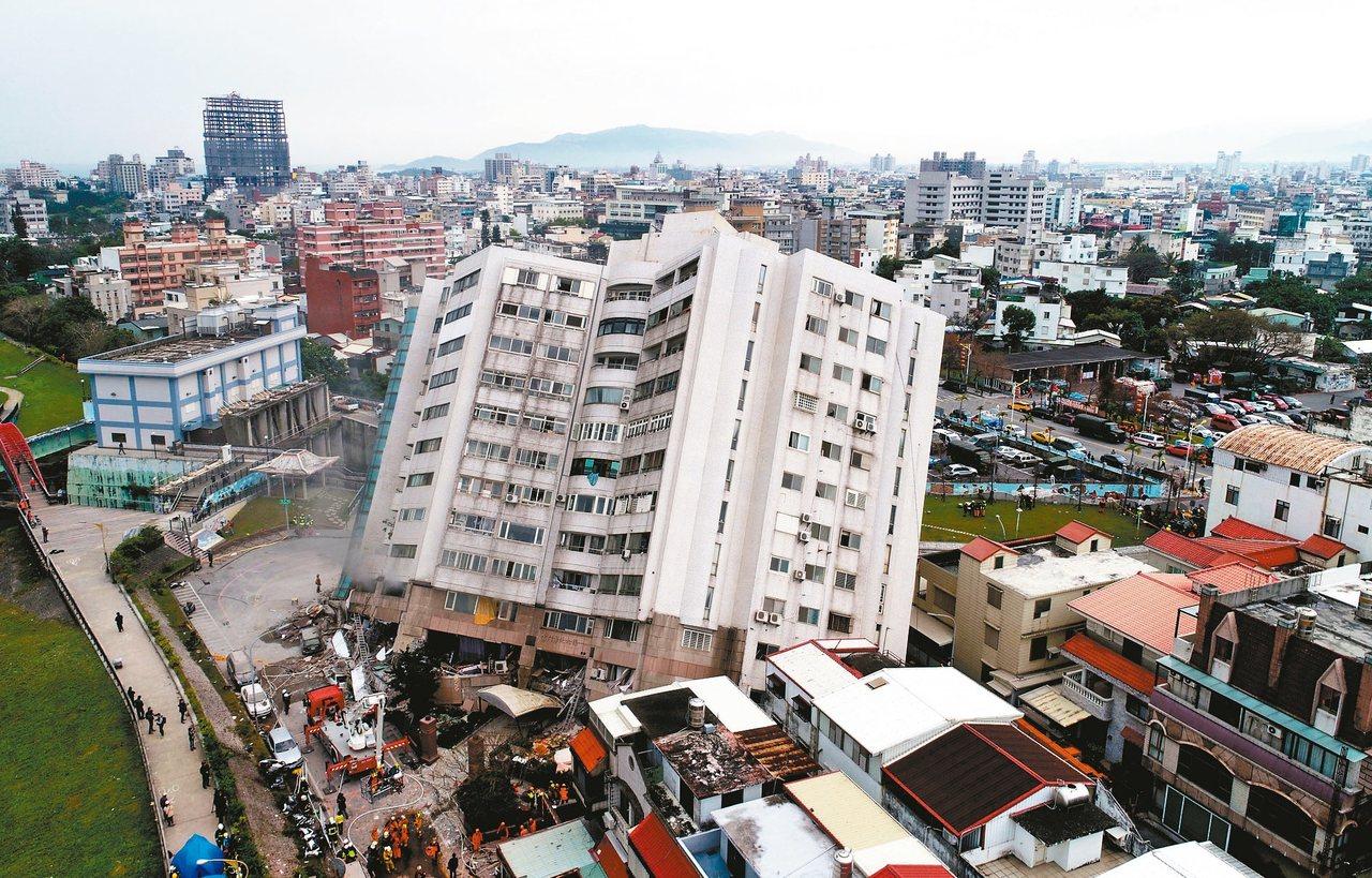 雲門翠堤大樓在強震襲擊下傾斜了四十五度,增加搜救難度;不過令人更憂心地是,大樓會...