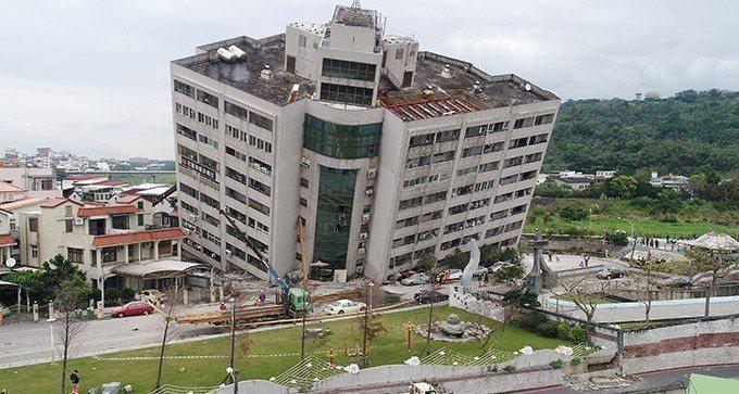 雲門翠堤大樓在強震襲擊下傾斜了四十五度,增加搜救難度。