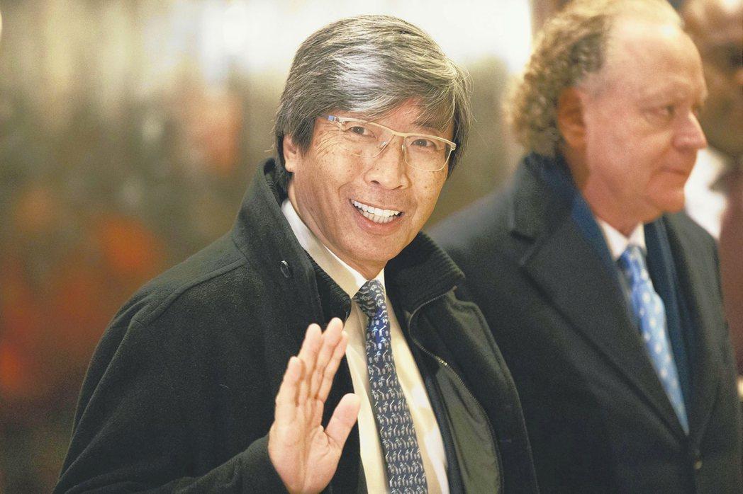 洛杉磯華裔富豪黃馨祥(左)買下洛杉磯時報。 美聯社