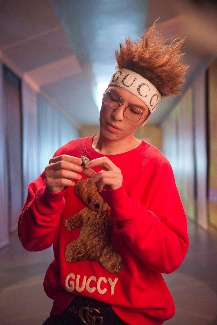 拍攝《皮囊》單曲MV,蕭敬騰換穿一系列Gucci早春新裝。圖/華納音樂提供