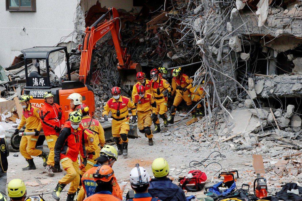 0206花蓮發生強震,搜救隊仍持續進行搜救中。 圖/路透社