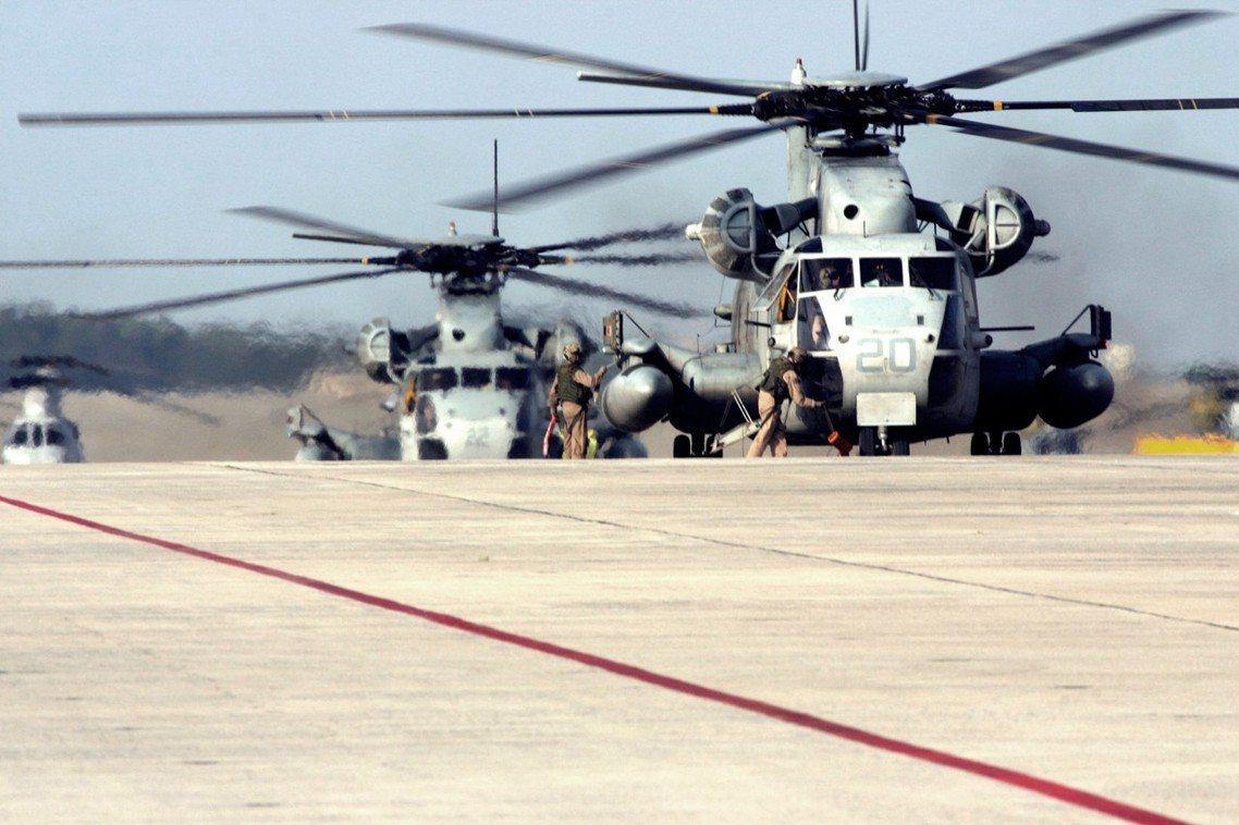 圖為普天間基地的美軍陸戰隊CH-53直升機。 圖/美國國防部