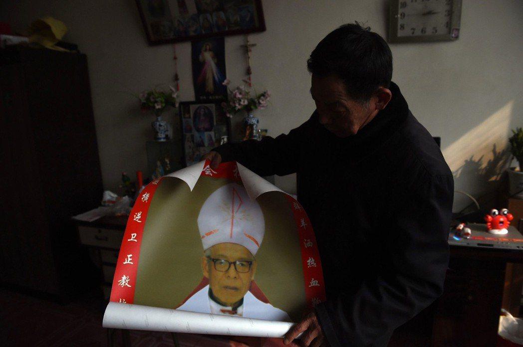 中國教徒必須選擇在政府高壓箝制之下,從事宗教活動,或是冒著被取締的風險,秘密行使...