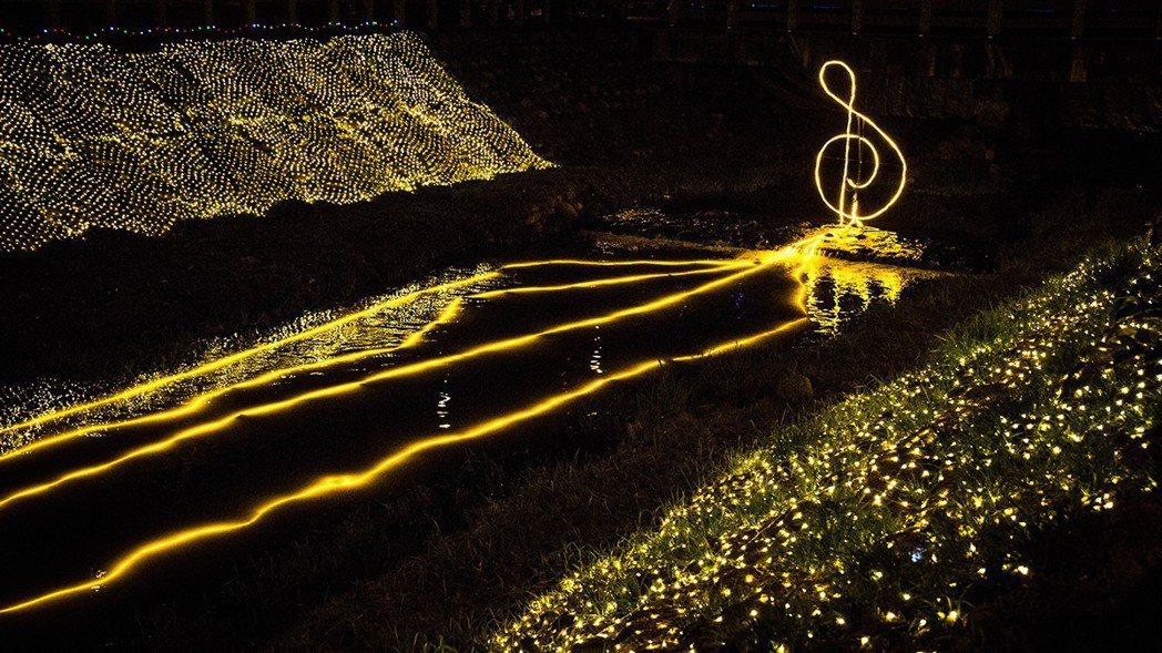 屏東綵燈節今年結合地景風貌設立20組具科技感、互動式的藝術燈飾,全長超過2公里。...