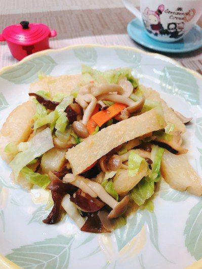 蘿蔔糕和蔬菜拌炒,有飽足感不易胖。