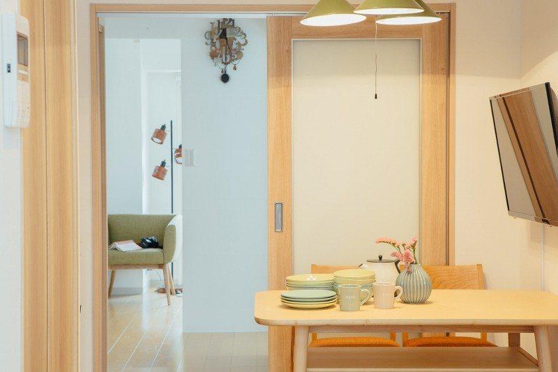 DoMo百人町的四人房,兩房一廳的格局,在日本民泊中為難得的房型,每房約新台約5...