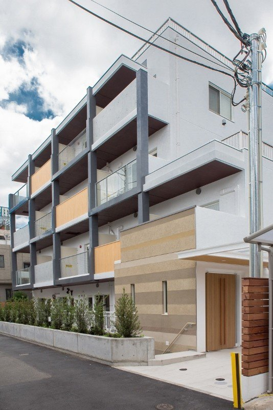 DoMo百人町為獨棟建築,一樓的咖啡廳,融入馬來膜的插畫,成為日本粉絲打卡熱點。...