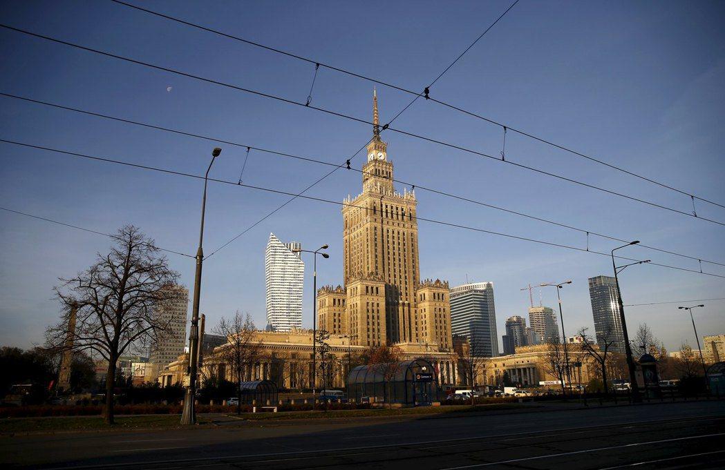 至今,許多波蘭人仍討厭科學文化宮,因他們認為這是蘇維埃統治的象徵,還幫它取了「史...