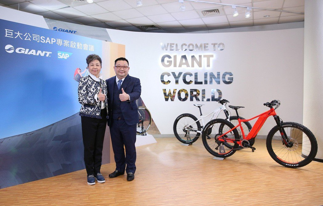 SAP全球副總裁暨台灣總經理謝良承(右)與巨大公司董事長杜綉珍共同宣佈,巨大公司...