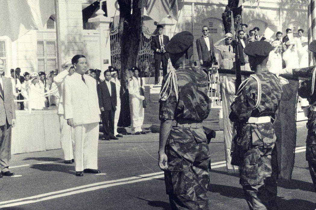 越南共和國成立後,吳廷琰開始動用自己的權力,實施自己的政策。 圖/美國國家檔案局