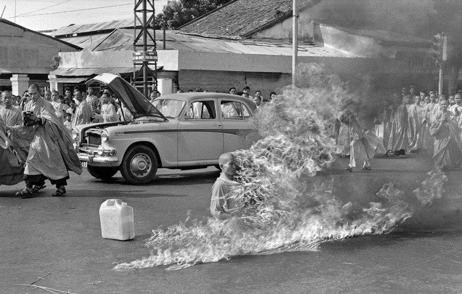 1963年6月11日,他在西貢的十字路口用汽油引火自焚。他的自焚場面被美聯社記者...