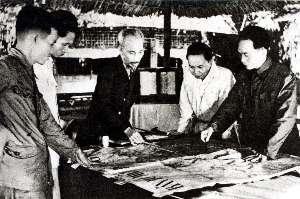 當時,胡志明的態度是:「我們真正的敵人是美國,擺脫他們,我們才能與吳廷琰兄弟合作...