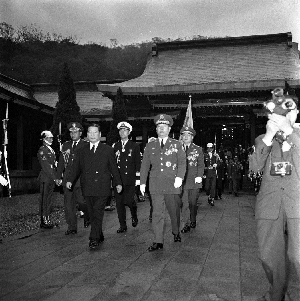「美國常常時運不佳,擁有腐敗透頂的同盟者。」圖為1960年訪問台的吳廷琰(前排左...