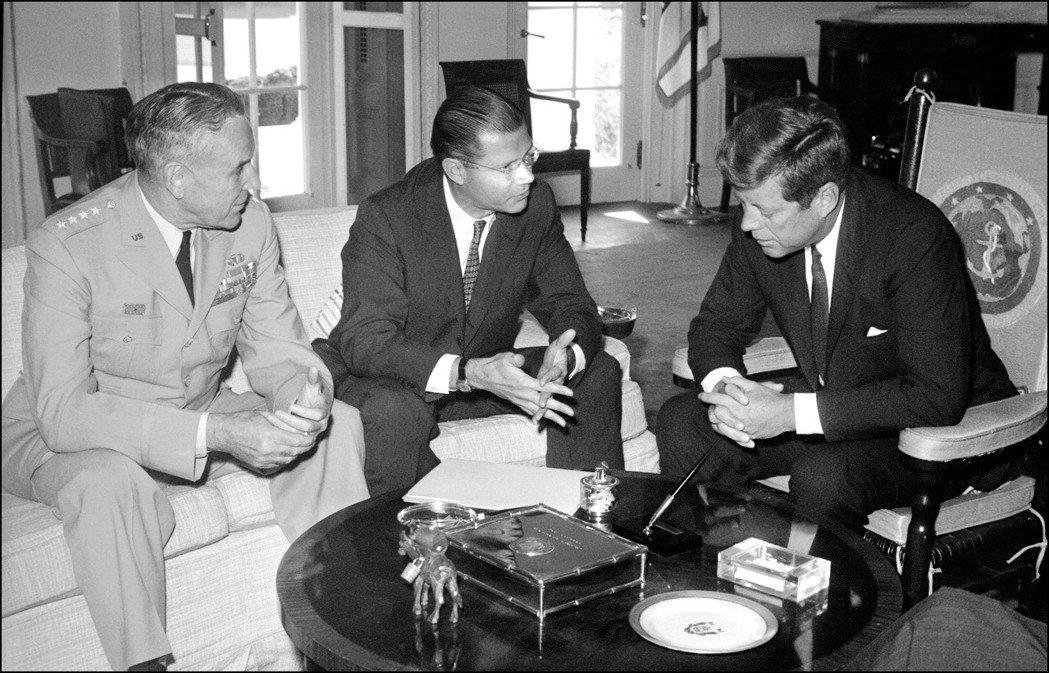 對美國來說,吳廷琰成了大麻煩。圖為1963年9月,主責南越行動的泰勒上將(左)與...