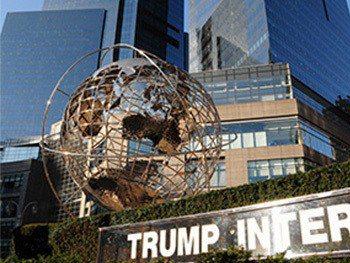 川普環球國際飯店前的「強龍吐珠」雕塑,有風水化煞的奧在其中。 網路開放素材