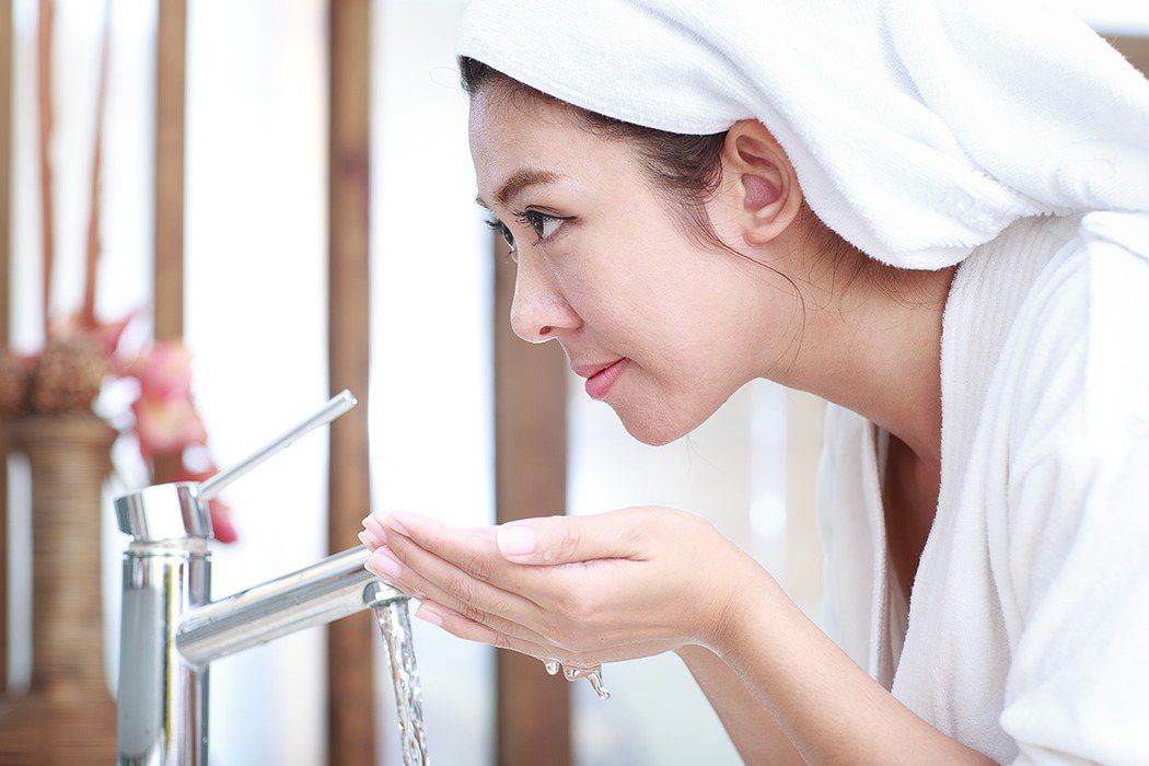 冬天洗臉該不該用熱水,皮膚科醫師陳亭睿表示,若用太燙的熱水洗臉,會把臉上油脂洗掉...