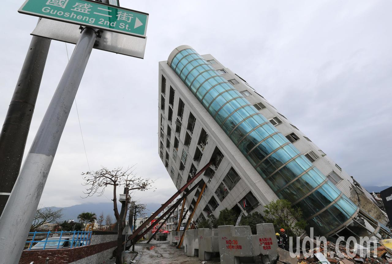 0206花蓮強震已造成9死200多人受傷,救難人員清晨持續把握黃金72小時搶救,...
