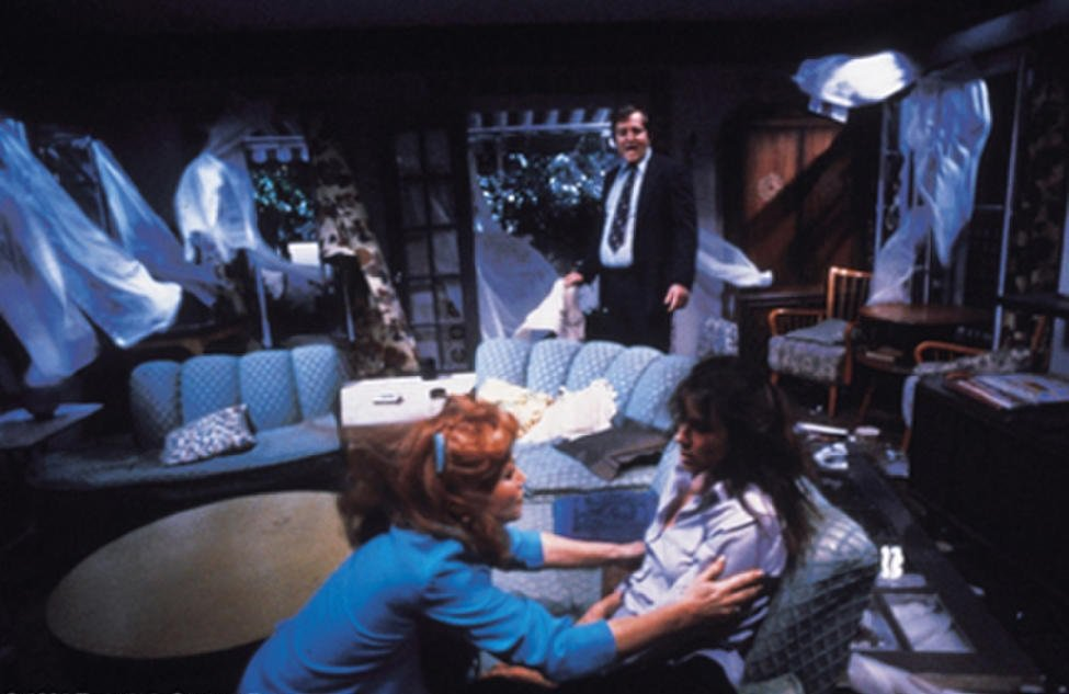 鬼魂肆虐後,家中凌亂不堪。圖/摘自Cineplex