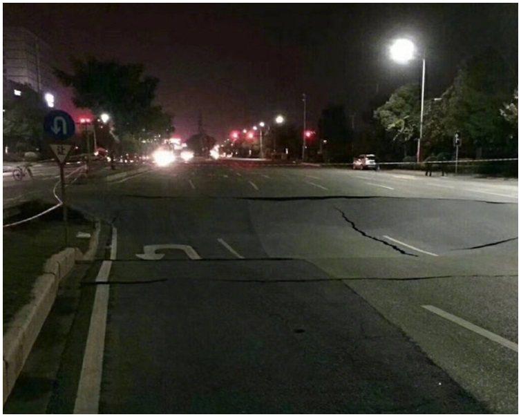 廣東省佛山禪城區季華西路7日晚有路面塌陷,至少8人死亡。(取自新浪網)