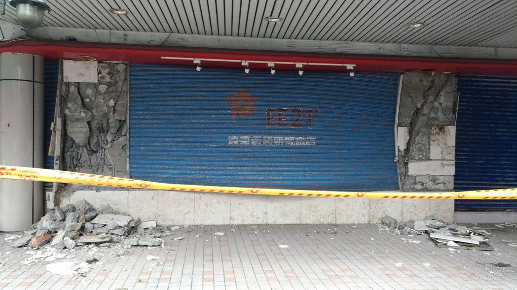 花蓮市舊遠百大樓在強震過後,建物嚴重受損,專業技師評估已成紅單危樓。圖/花蓮市公...