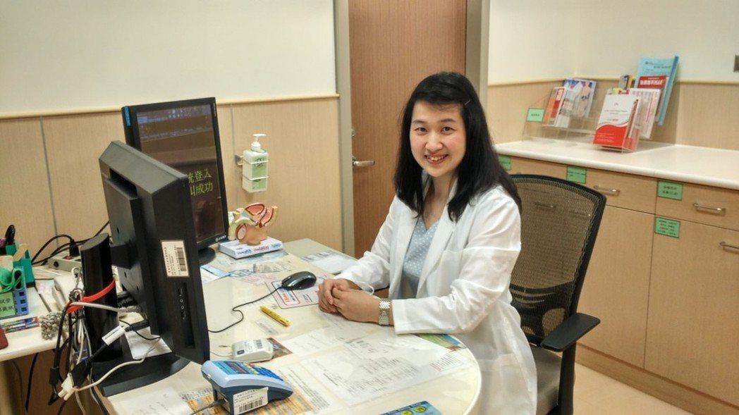 安南醫院泌尿科醫師許齡內介紹以雷射可以改善私密處乾澀及漏尿等問題。圖/安南醫院提...