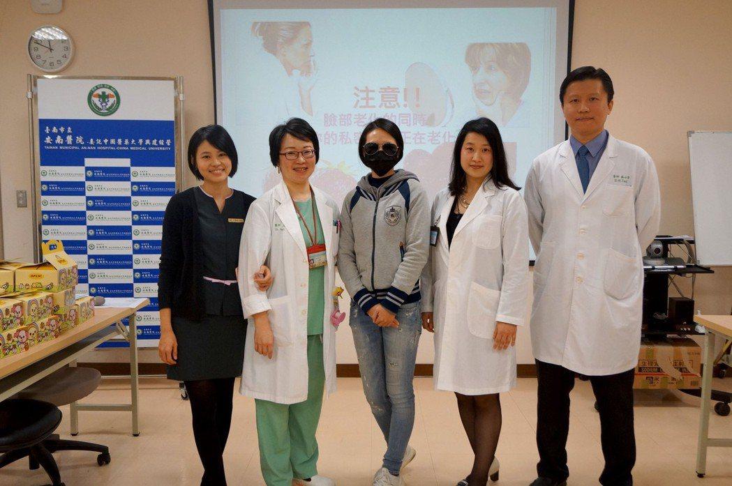 安南醫院泌尿科醫師許齡內(右二)介紹以雷射可以改善私密處乾澀及漏尿等問題。圖/安...