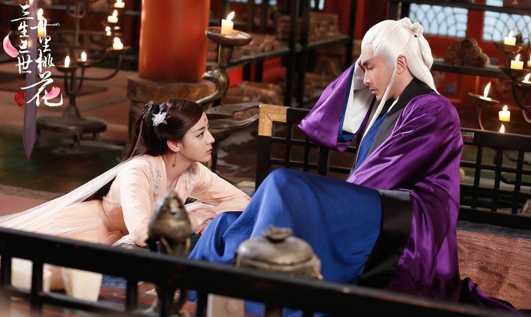 迪麗熱巴(左)飾演的白鳳九愛上高偉光飾演的東華帝君。圖/中天提供