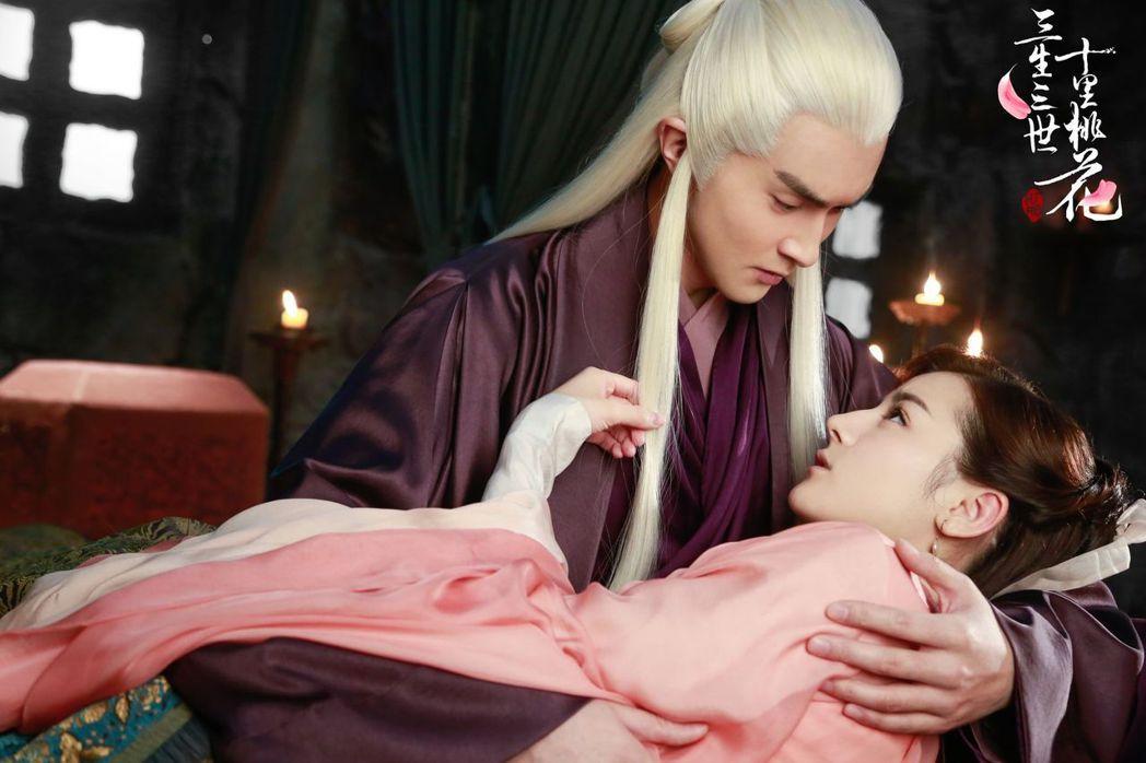 迪麗熱巴(右)飾演的白鳳九愛上高偉光飾演的東華帝君。圖/中天提供