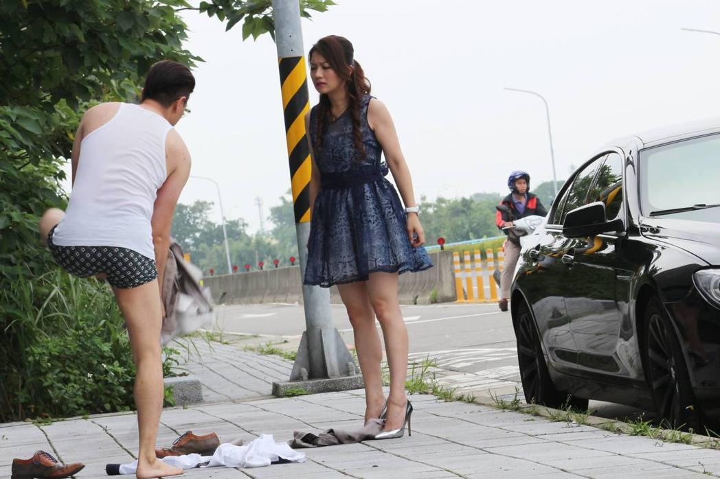 唐豐(左)在戲中和老婆吵架戲外也曾面臨婚姻低潮。圖/緯來電影台提供