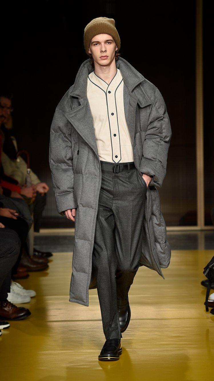 過去少見的寬版羽絨外套(大衣)搭配了老爺褲和休閒鞋,頗有比例上的衝突效果。圖/H...