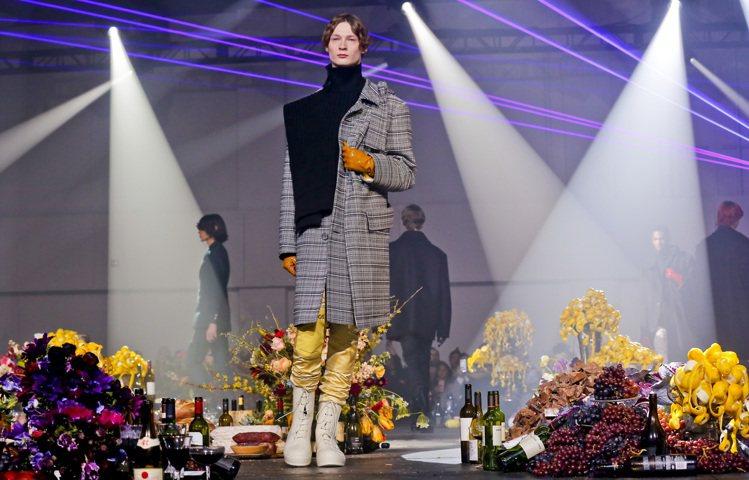 毛衣組織以拼接的方式串連著不同的經典格紋單品,挑戰視覺比例的平衡。圖/美聯社