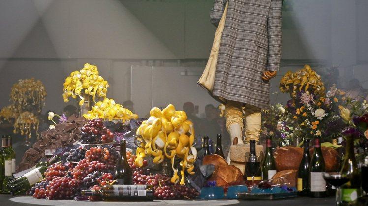 Raf Simons的秋冬男裝秀場,有著散亂一地的酒瓶、剩餘的食物和快要發黃的花...
